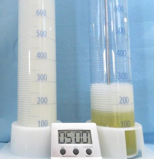 Õlisse on lastud õhk, vasakpoolne (ilma vahu inhibiitoriteta õli) vahustub tugevamalt kui parempoolne (vahu inhibiitoritega õli)